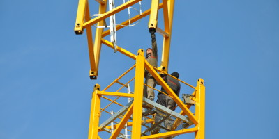 Assemblage_grue,_construction,_crane,,_workers